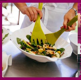 Salat wird in einer Schüssel angerichtet