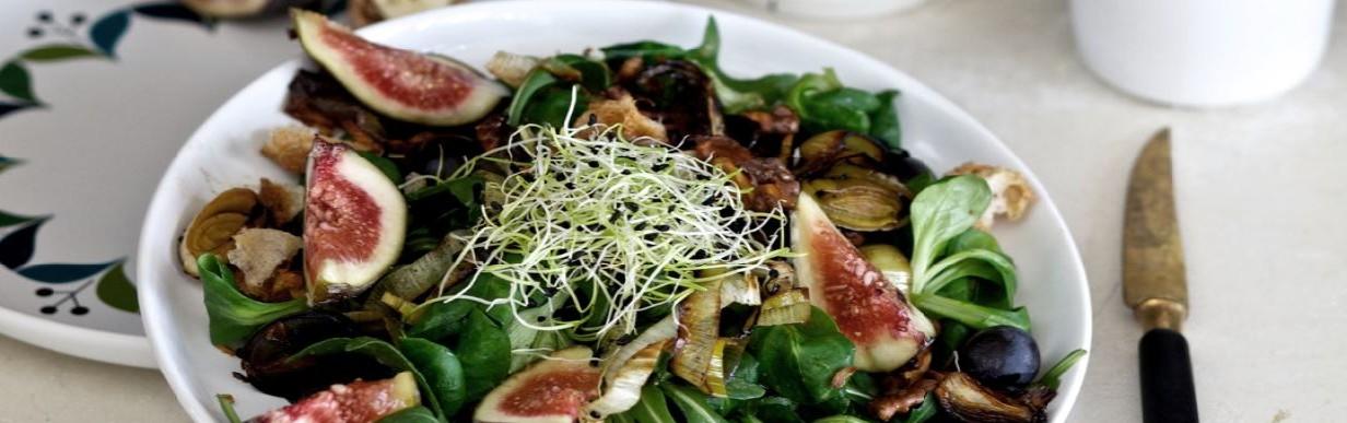 Exotischer Salat mit Feigen und Orangenzwiebeln