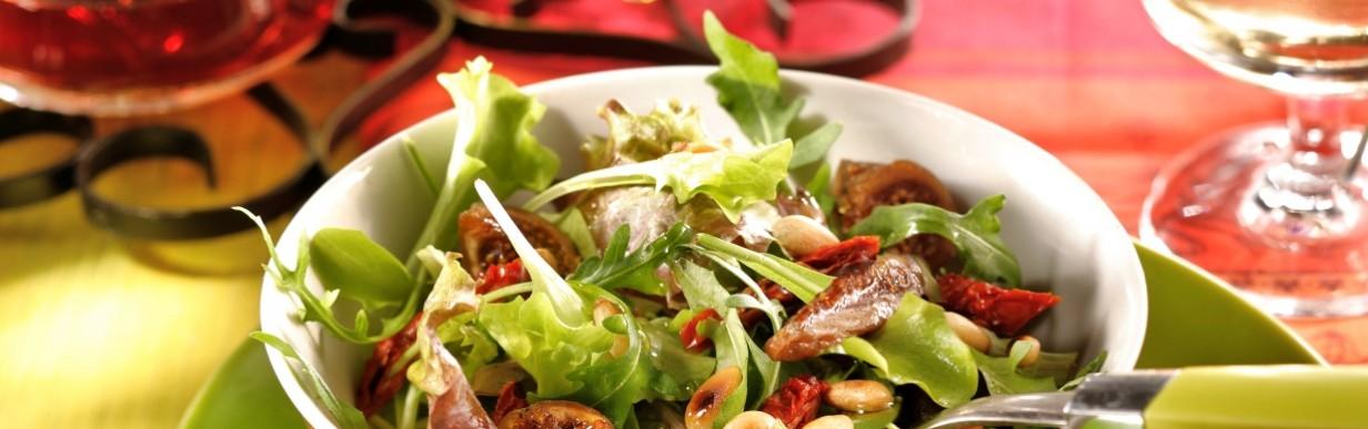 Gemischter Blattsalat mit Tomaten, Feigen und Pinienkernen