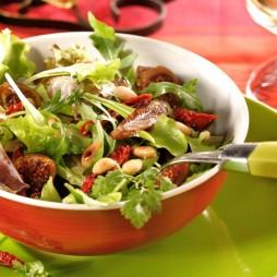 Foto - Gemischter Blattsalat mit Tomaten, Feigen und Pinienkernen -