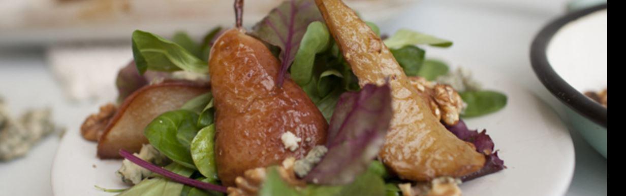 Salat mit Stilton, Birne und Walnüssen