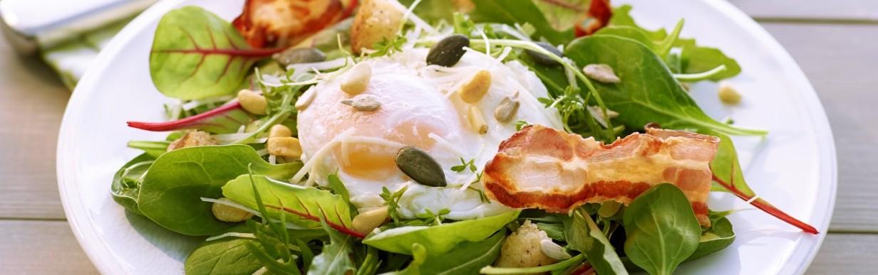 Spinat-Mangold-Rucola-Salat mit pochiertem Ei, Speck und Vitalkernen