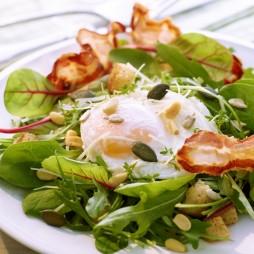 Foto - Spinat-Mangold-Rucola-Salat mit pochiertem Ei, Speck und Vitalkernen -