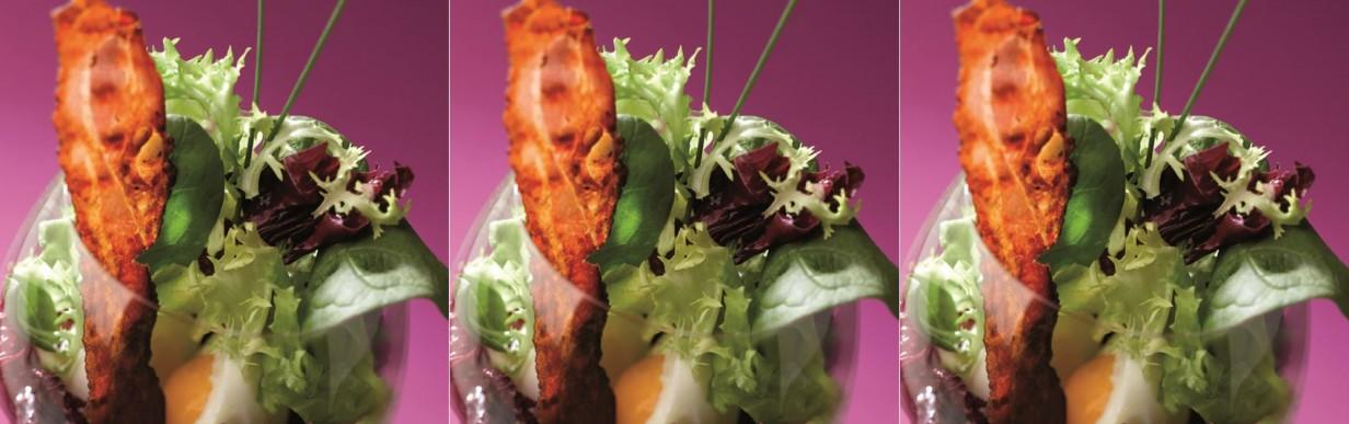 Würziger Salat mit feinen Schinkenspeck-Scheiben