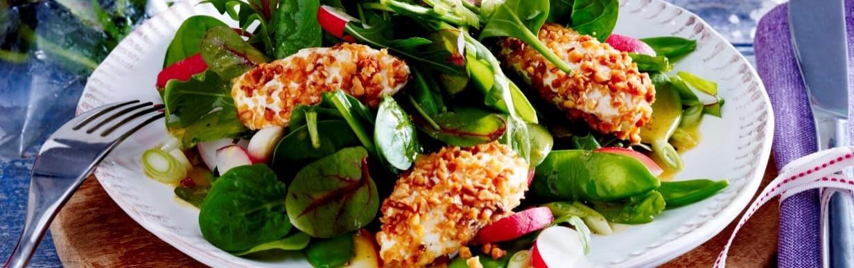 Blattsalat mit Frischkäsenockerl, Radieschen und Lauchzwiebeln