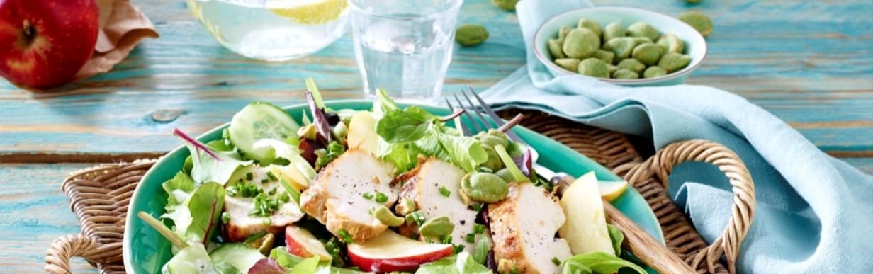 Bunter Salat mit Hähnchenbrust und Wasabi-Nüssen
