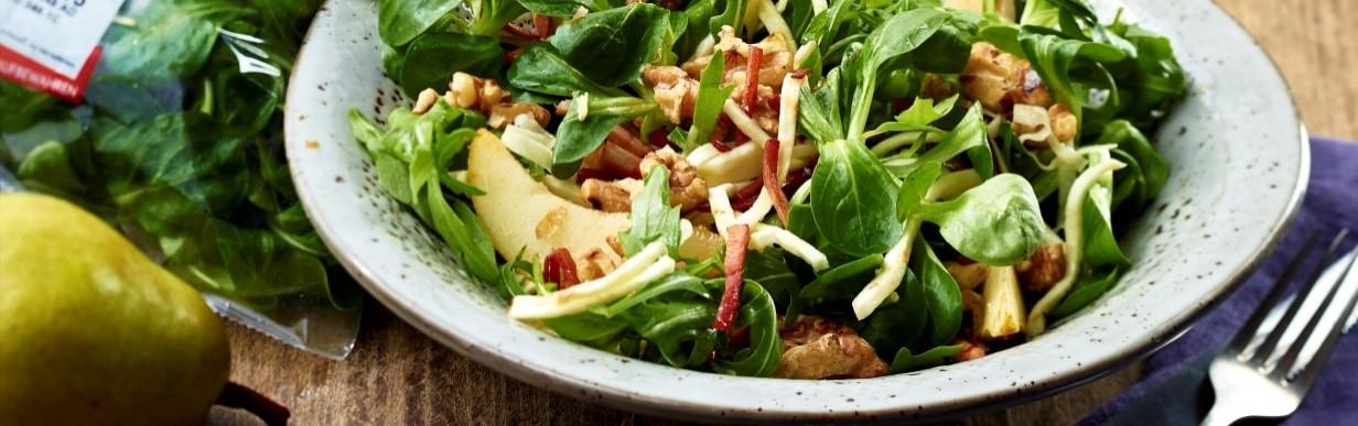 Grüner Salat mit Sellerie und Speck-Birnen