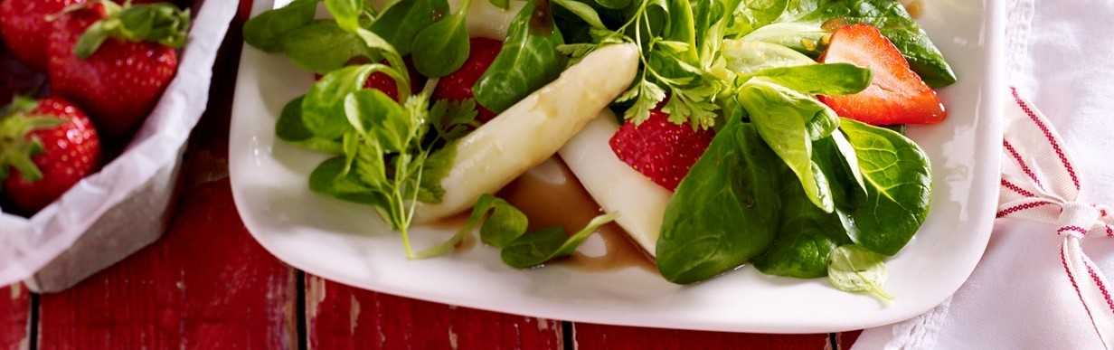 Feldsalat mit Spargel und Erdbeeren