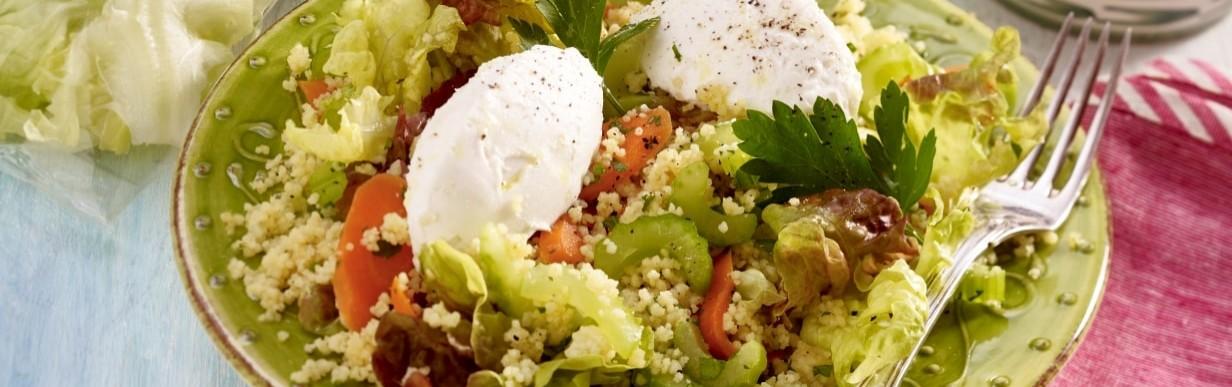 Rot-grüner Salat mit Couscous und Ziegenkäse