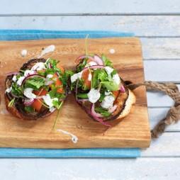 Foto - Superfood-Bruschetta mit jungem Grünkohl, Aubergine und Tahin -