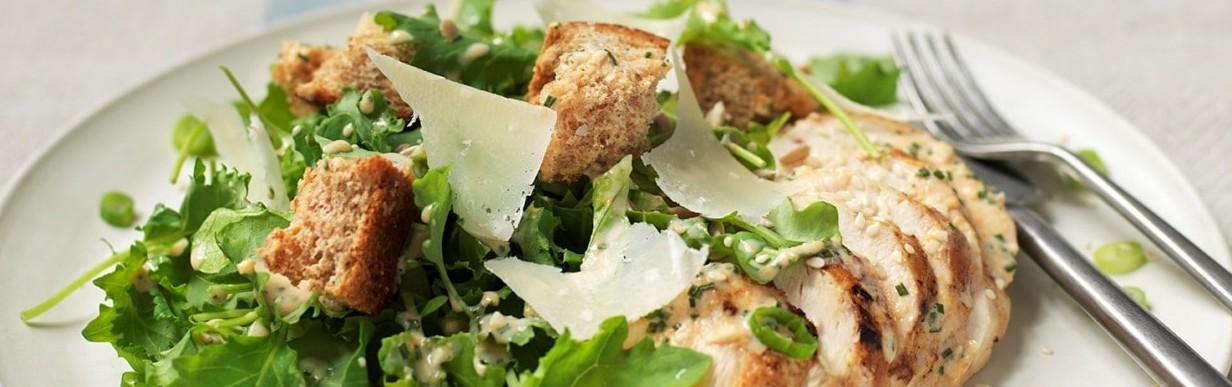 Caesar Salat mit Grünkohl und gegrilltem Hähnchen