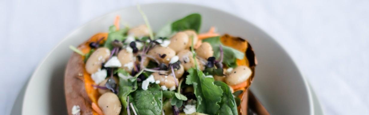 Superfood Salat in der gebackenen Süßkartoffel mit jungem Grünkohl