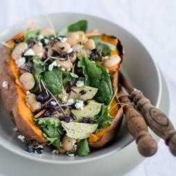 Foto - Superfood Salat in der gebackenen Süßkartoffel mit jungem Grünkohl -
