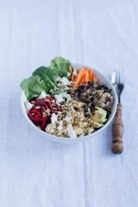 Superfood Salad Bowl mit Hirse, Roter Bete, Baby Kale, Baby Spinat, Karotten, Auberginencreme, Avocado, Sprossen, Feta und gerösteten Sonnenblumenkernen