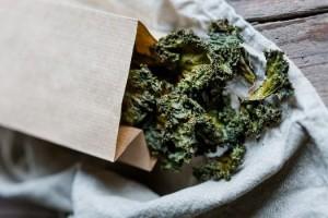 Süßscharfe Grünkohlchips als Superfood Snack