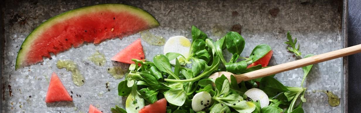 Feldsalat und Rucola mit Wassermelone und Rettich