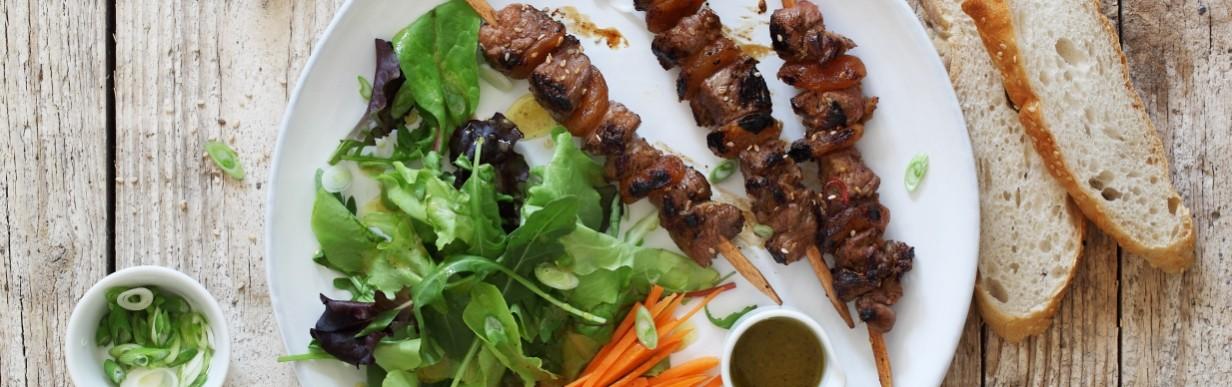 Barbeque-Salat mit Schwarzbier marinierten Lammfleischspießen