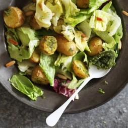 Foto - Eisbergsalat mit Pesto-Ofen-Kartoffeln -