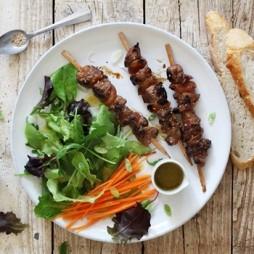 Foto - Barbeque-Salat mit Schwarzbier marinierten Lammfleischspießen -