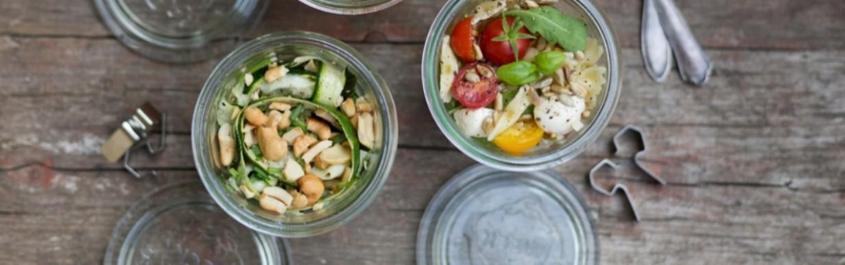 Roher Zucchini-Salat mit Cashew-Kernen