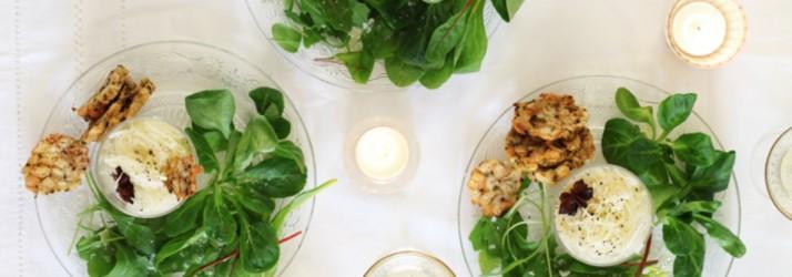 Festlicher Salat mit weihnachtlichem Krautsalat und Semmelknödelchips