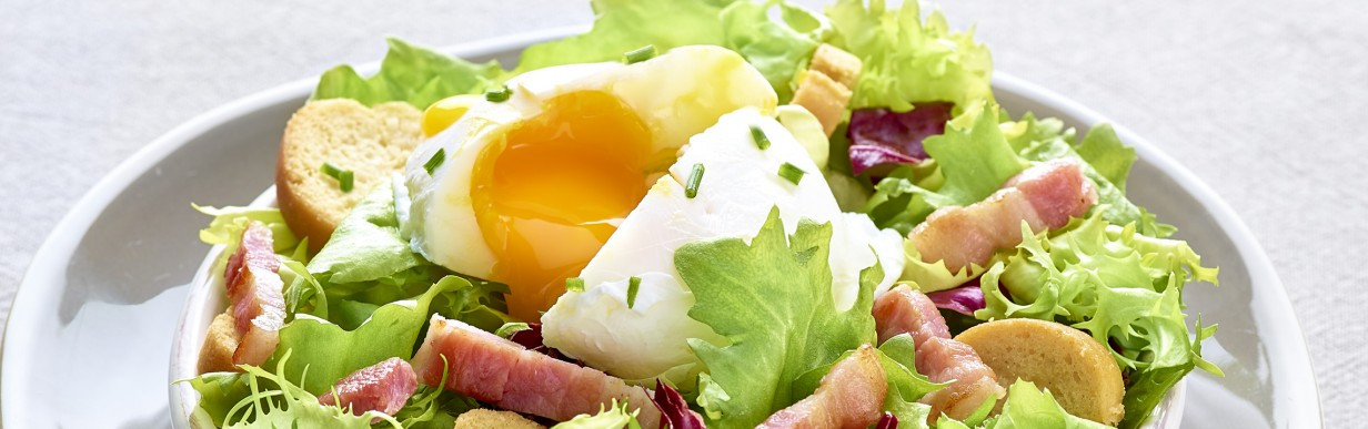 Lyoner Salat mit pochiertem Ei