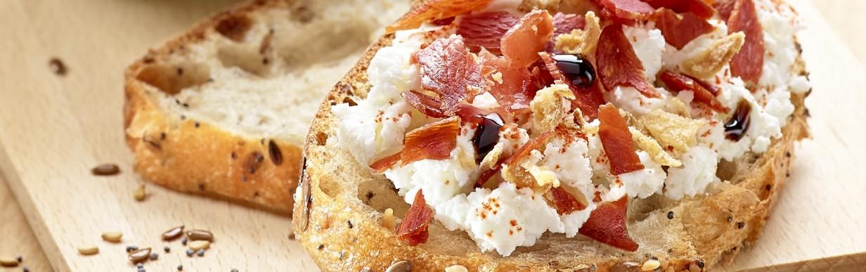 Zum Salat: Toast mit Frischkäse und Röstzwiebeln