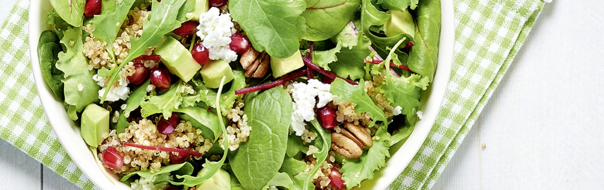 Superfood-Salat mit Avocado und Quinoa