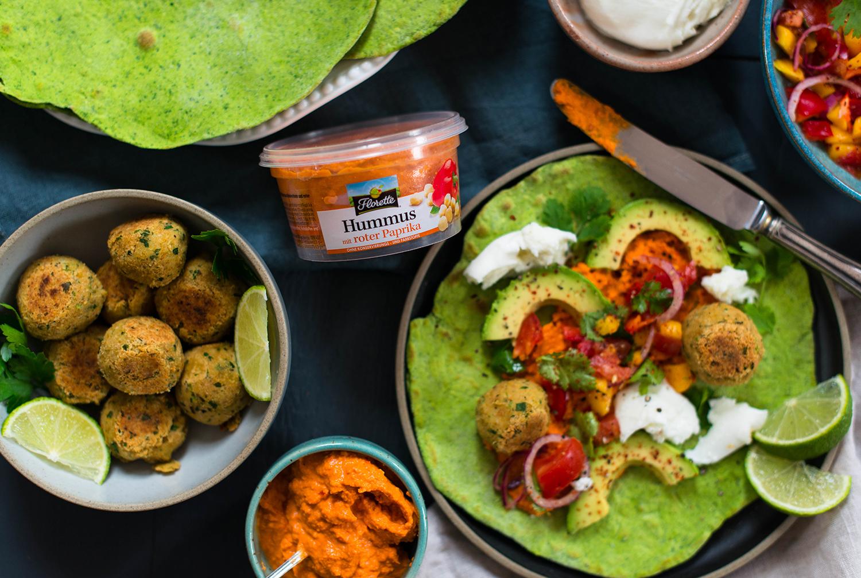 Spinat-Tortillas mit Falafel und Paprika Hummus