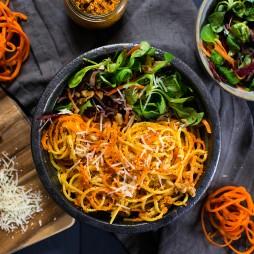 Foto - Linguine mit Möhren-Walnuss-Pesto und Salatbeilage -