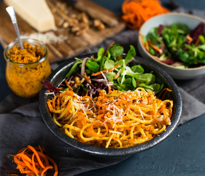 Linguine mit Möhren-Walnuss-Pesto und Salatbeilage