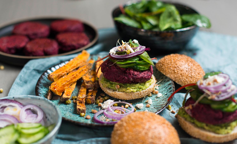Rote-Bete-Burger mit Schafskäse und schwarzen Bohnen