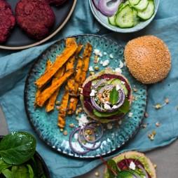 Foto - Rote-Bete-Burger mit Schafskäse und schwarzen Bohnen -