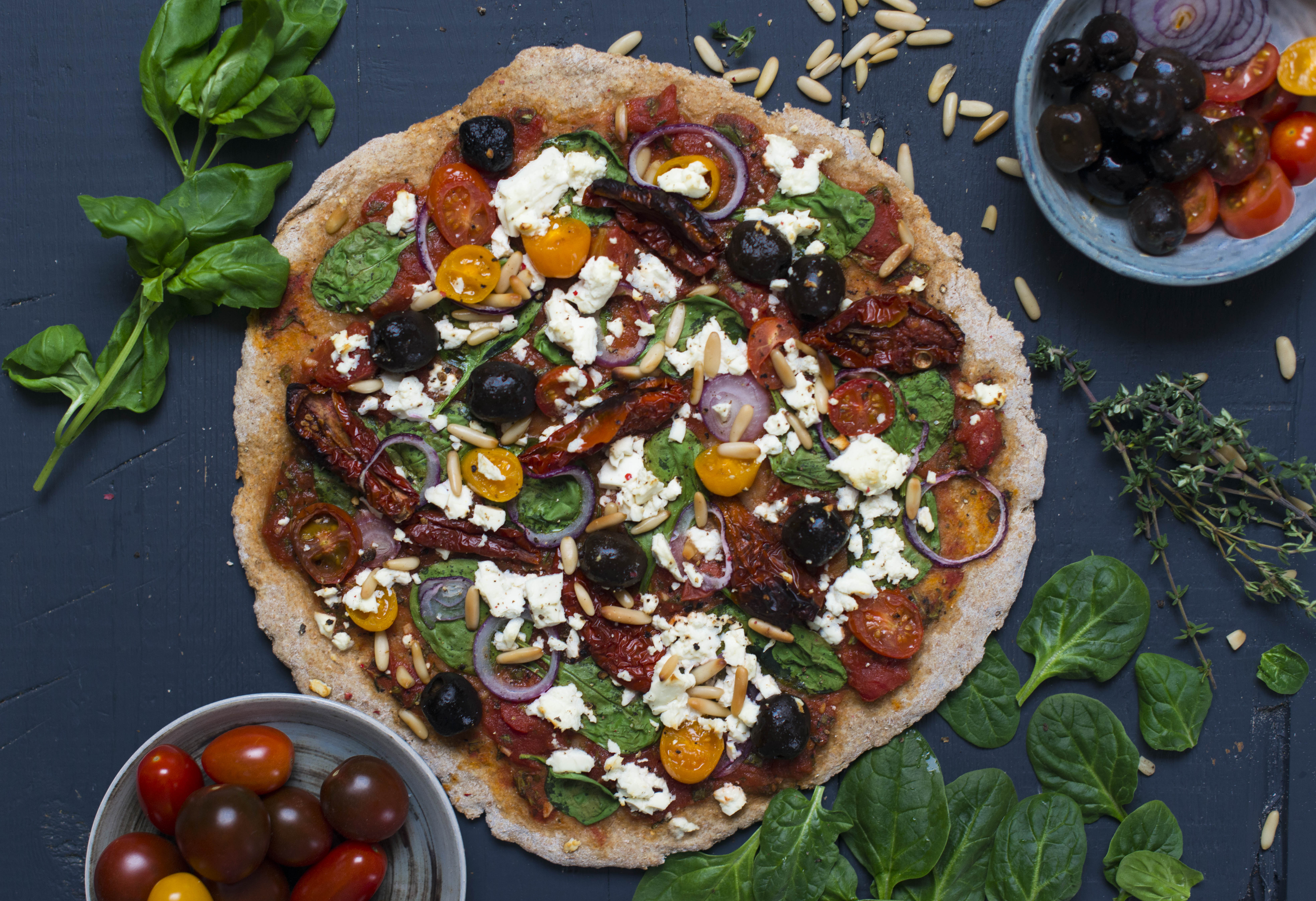 Vollkornpizza mit Spinat, Feta und getrockneten Tomaten