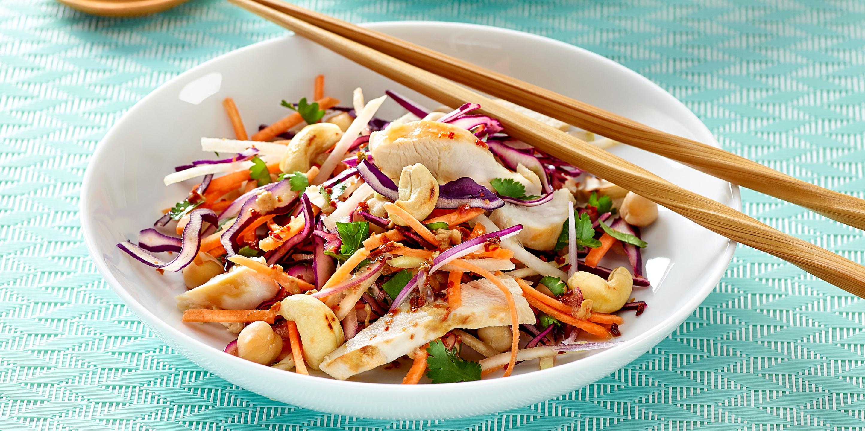 Thai-Salat mit Hähnchen und Cashewkernen