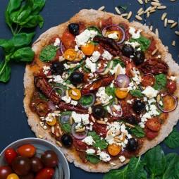 Foto - Vollkornpizza mit Spinat, Feta und getrockneten Tomaten -