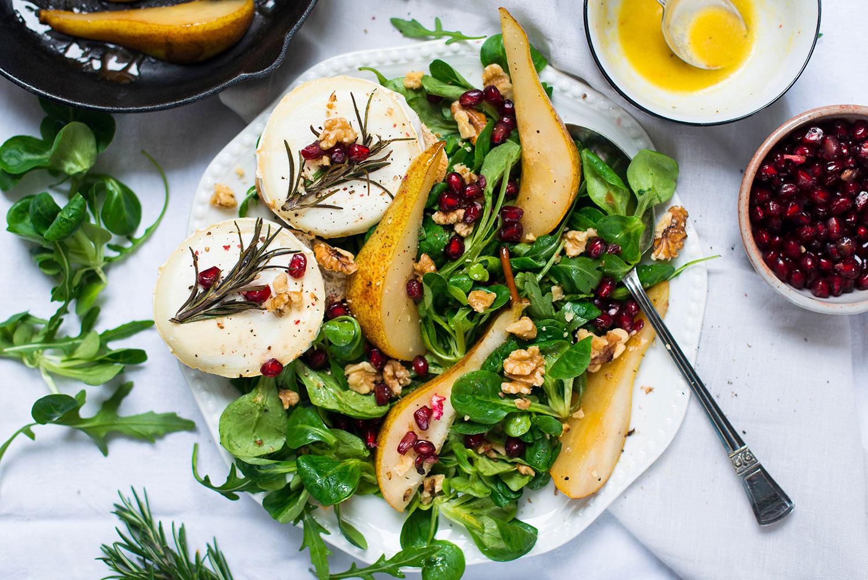 Feldsalat-Rucola-Duo mit Ziegenkäse-Crostini und karamellisierten Birnen