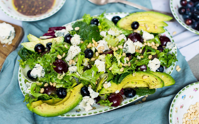 Gemischter Salat mit Avocado, Beeren und Blauschimmelkäse