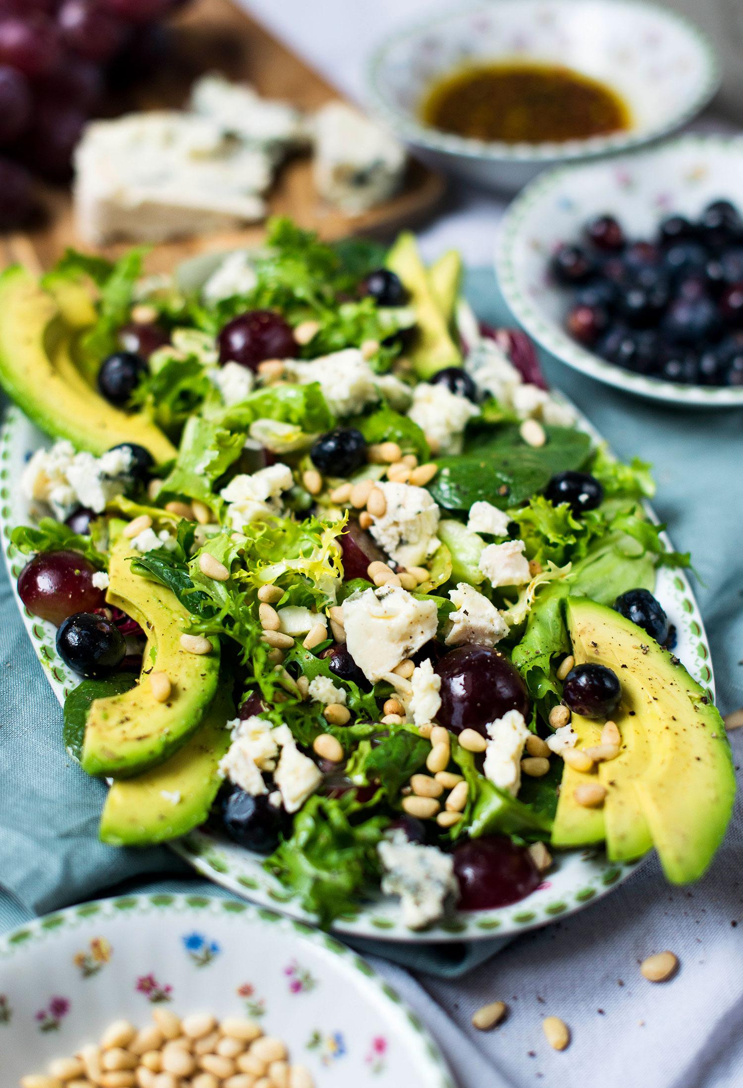 Foto - Gemischter Salat mit Avocado, Beeren und Blauschimmelkäse -