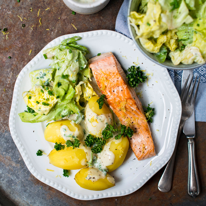 Foto - Gebratener Lachs mit jungen Kartoffeln, Petersiliensauce und grünem Salat -