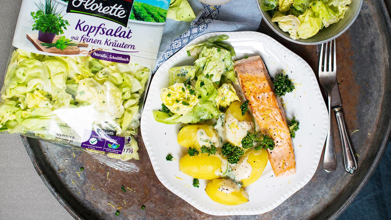 Gebratener Lachs mit jungen Kartoffeln, Petersiliensauce und grünem Salat