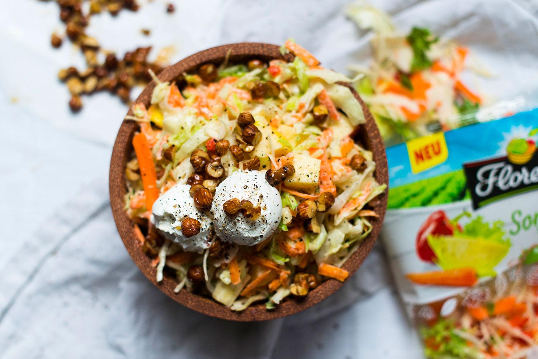 Sommer-Krautsalat mit Joghurt-Senf-Dressing und Ziegenfrischkäse