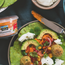 Foto - Spinat-Tortillas mit Falafel und Paprika Hummus -