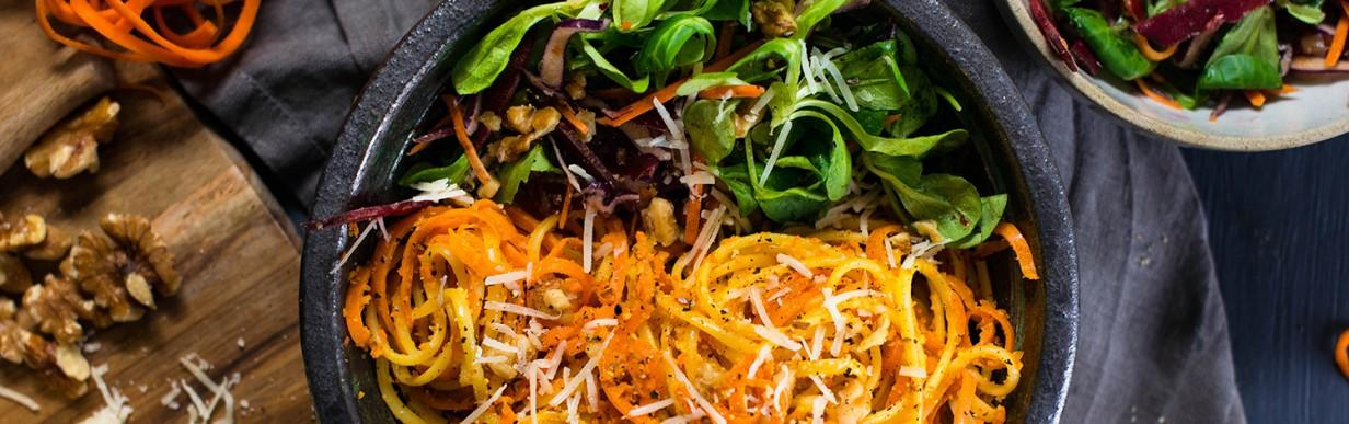 Linguine mit Möhren-Walnuss-Pesto und Feldsalat