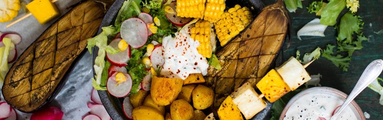 Halloumi-Mango-Spieße mit Sommersalat