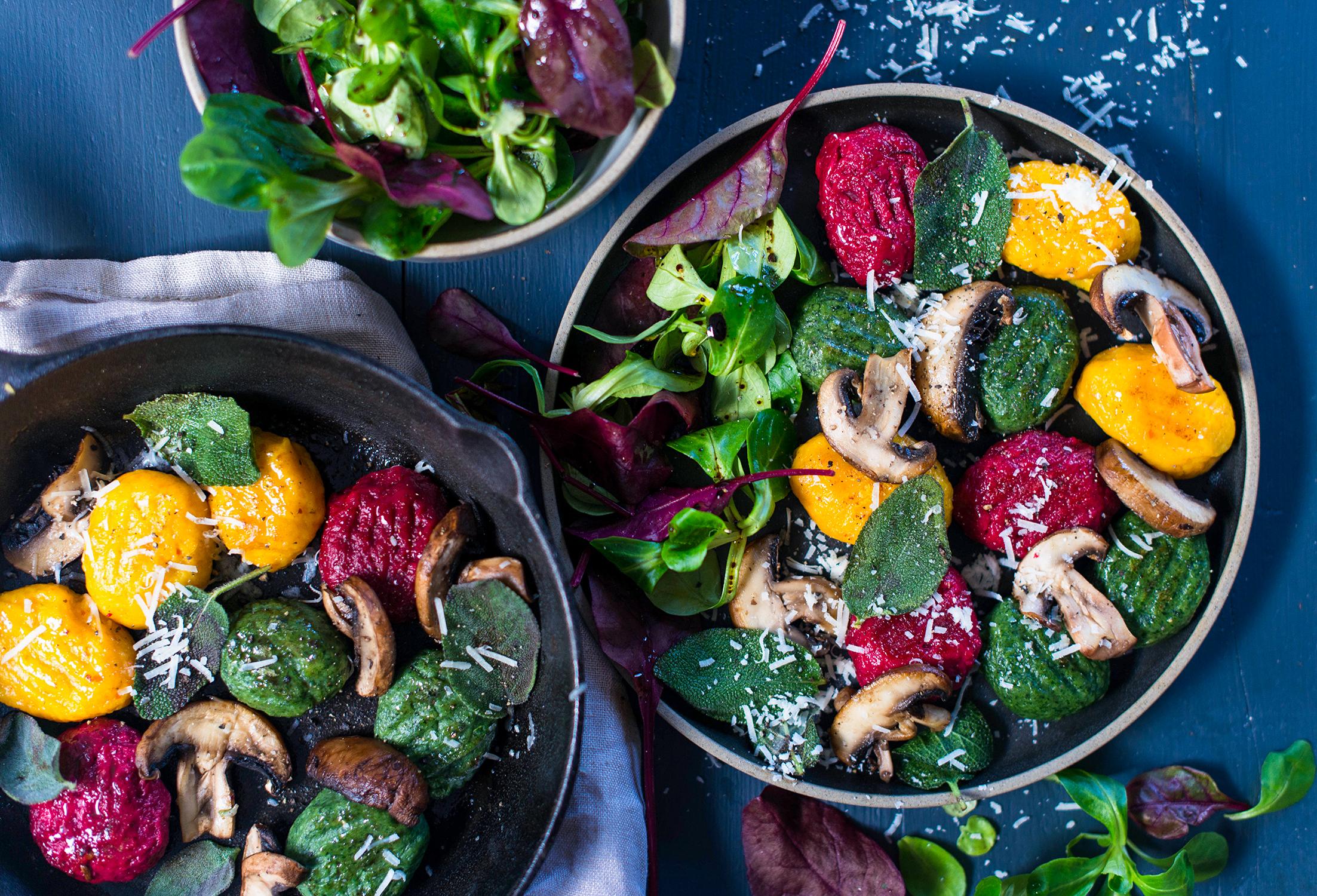 Foto - Dreierlei Gnocchi mit Salbei-Pilz-Butter und Winter-Genuss-Beilagensalat -