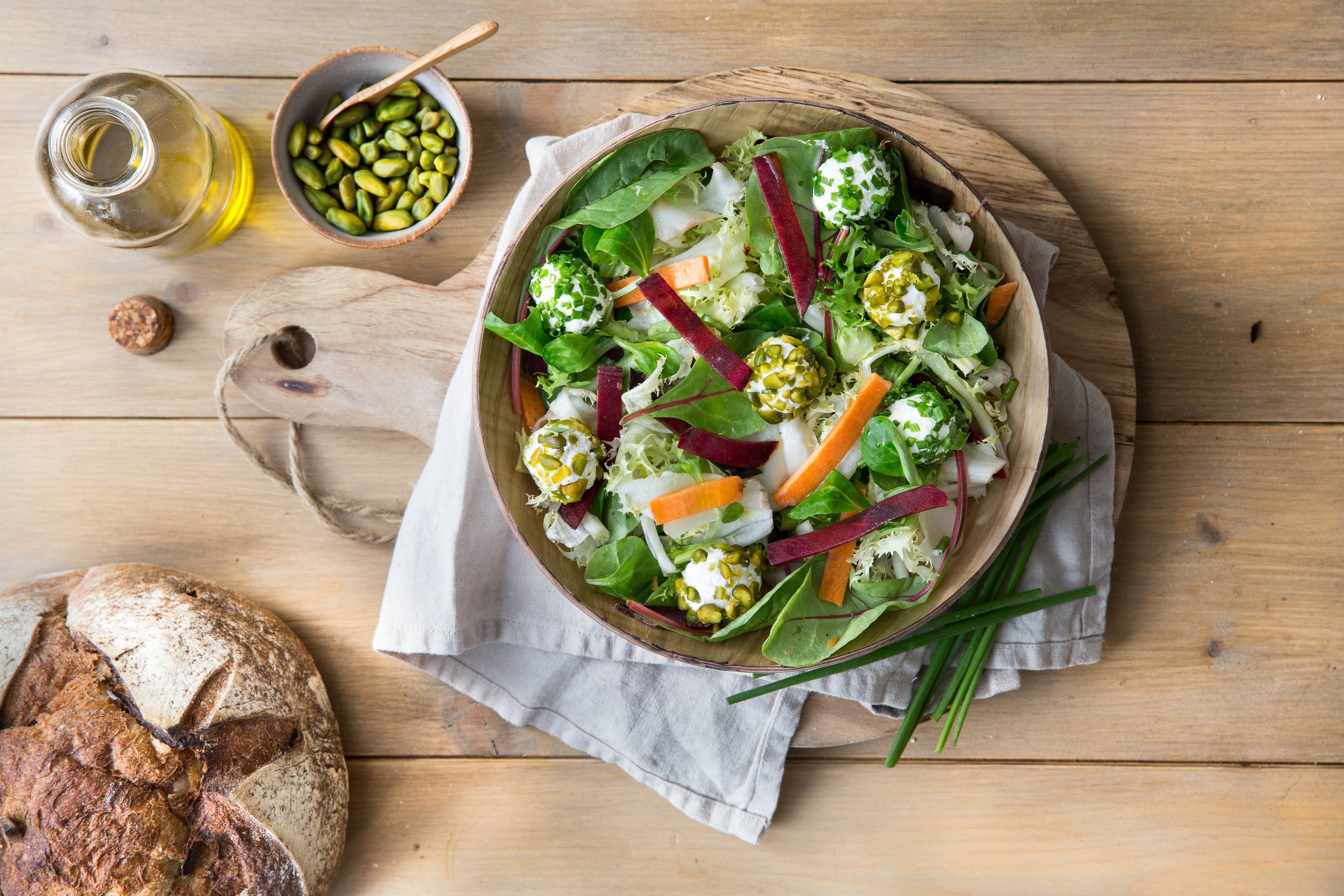 Bunter Salat mit Ziegenfrischkäse-Pralinen