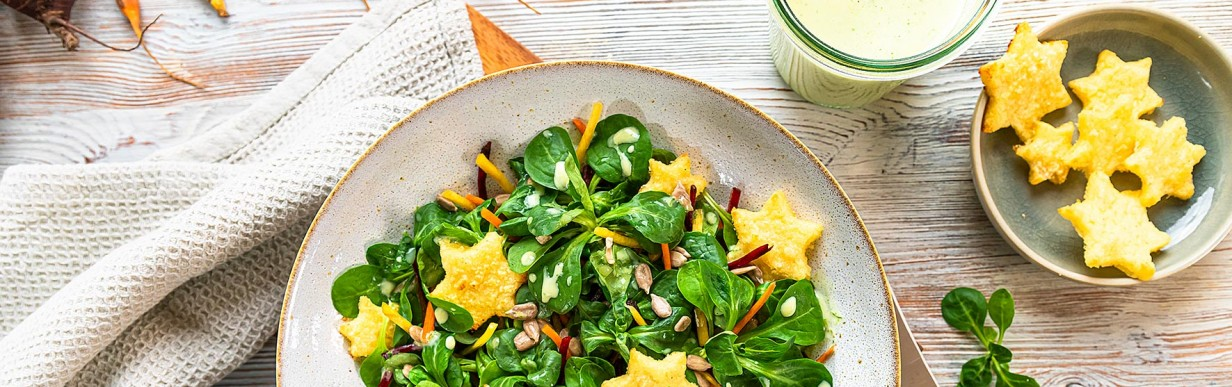 Grieß-Parmesan-Sterne auf buntem Landhaus-Salat