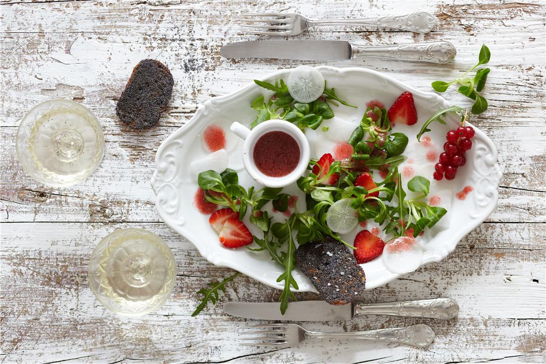 Erdbeersalat mit weißem Rettich und Erdbeersauce