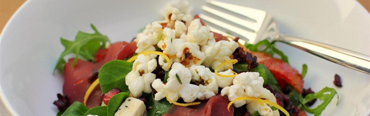 Salat mit Rot- und Blumenkohlkohl, Granatapfel, Blutorange und Lachschinken